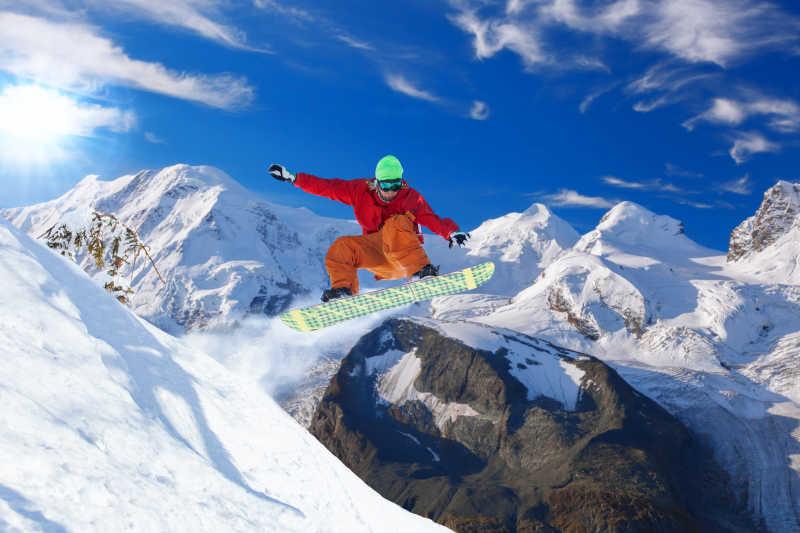 在蓝色的天空下滑雪跳跃