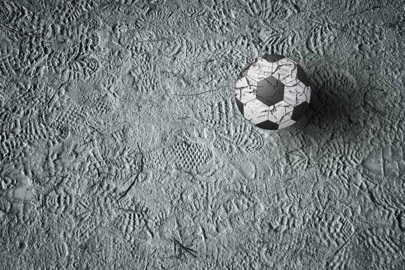 足球鞋印地上的足球特写