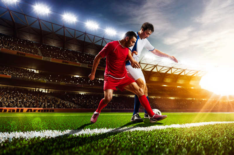 日落背景下的足球运动员体育场比赛