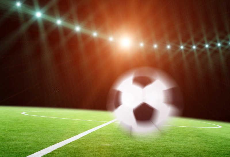 足球在球场上接近场地特写
