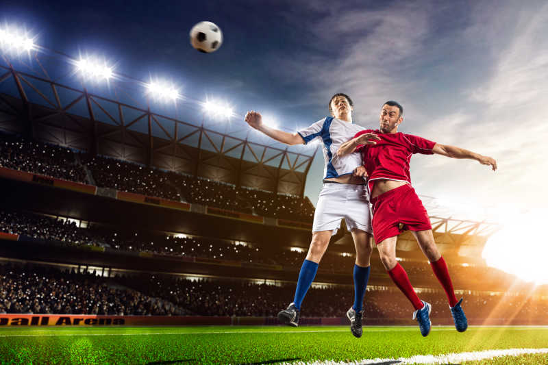 足球运动员在日落体育场背景全景行动特写