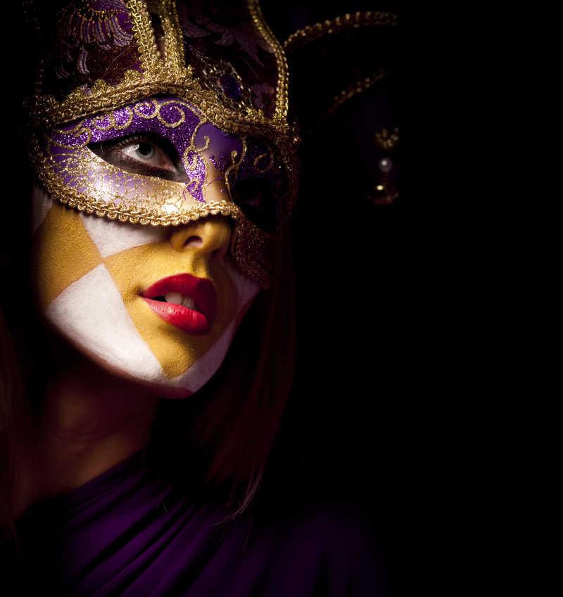 性感的紫色面具美丽女人