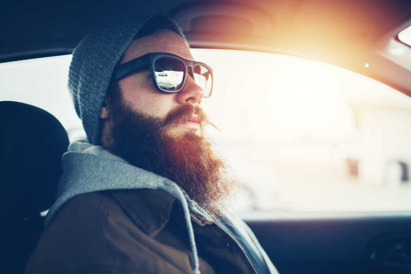 车内戴墨镜的胡须潮人