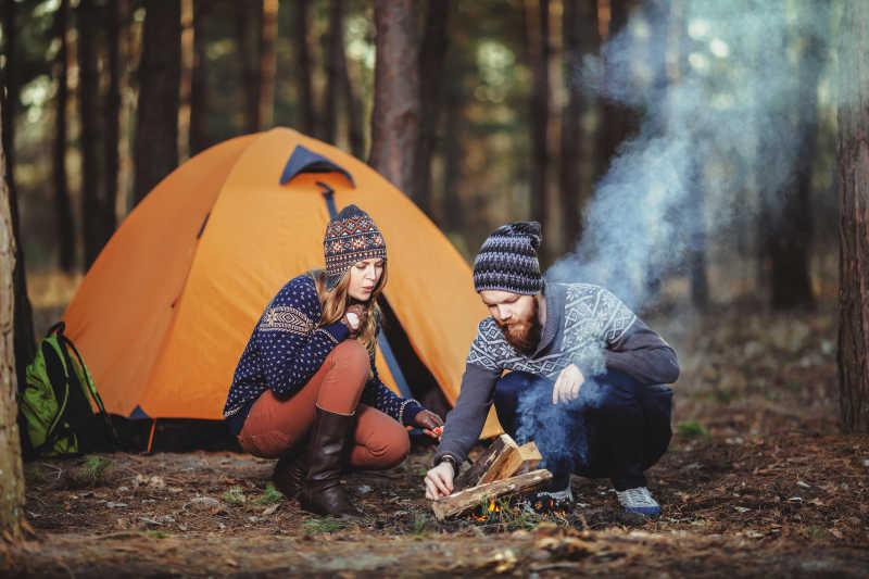 帐篷前的露营夫妻
