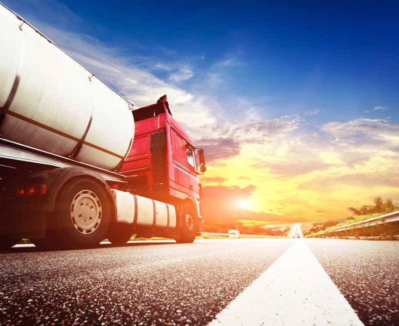 高速公路上奔驰的半挂货车