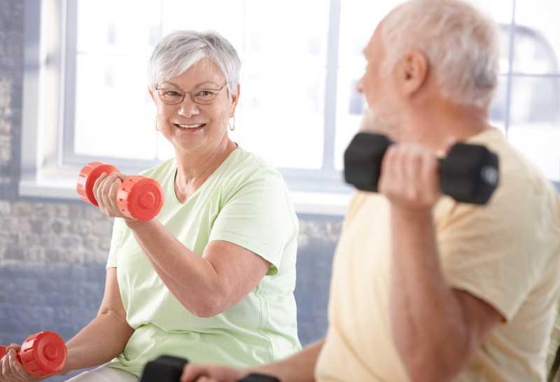 健身房里锻炼的高级夫妇