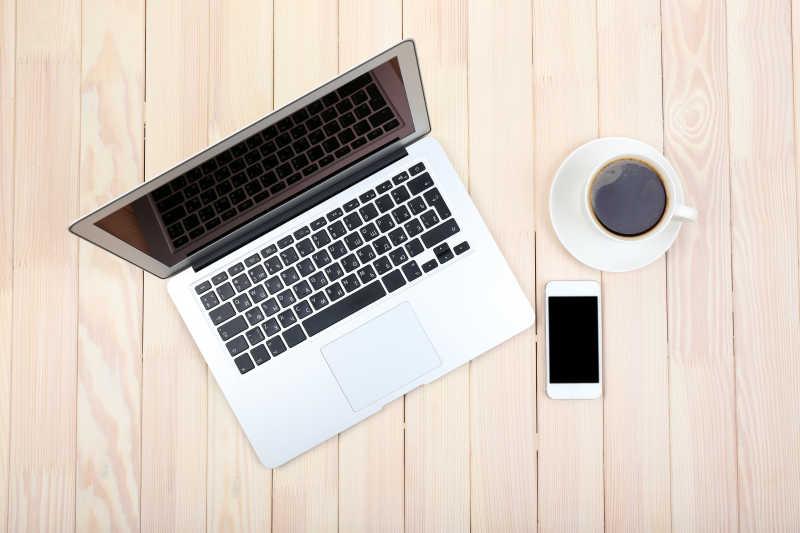 打开笔记本电脑数码平板电脑日记本智能手机和一杯咖啡