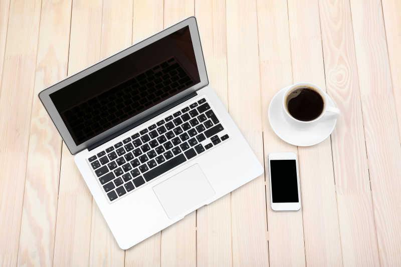 打开笔记本电脑数码平板电脑日记本智能手机和咖啡