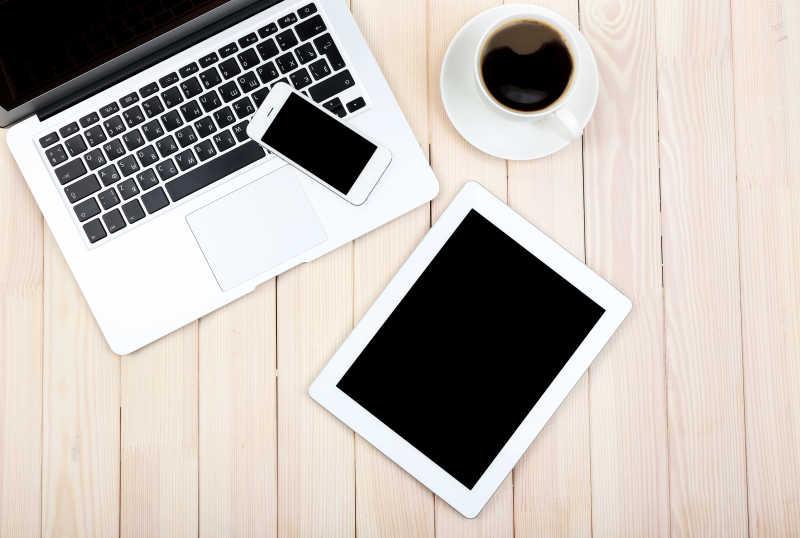 打开笔记本电数码平板电脑日记本本智能手机和一杯咖啡