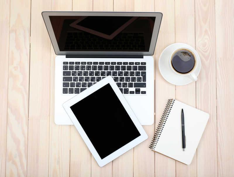 笔记本电脑平板电脑日记和一杯咖啡