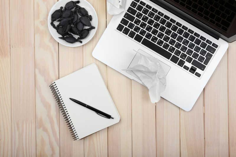 打开笔记本把日记纸和糖果碟弄碎