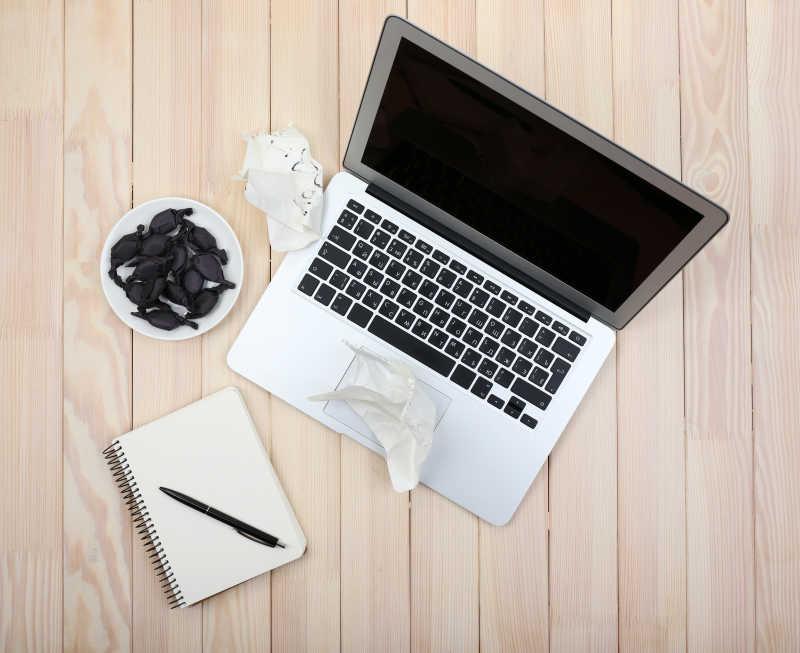 打开笔记本把日记纸和糖果碟一起弄碎