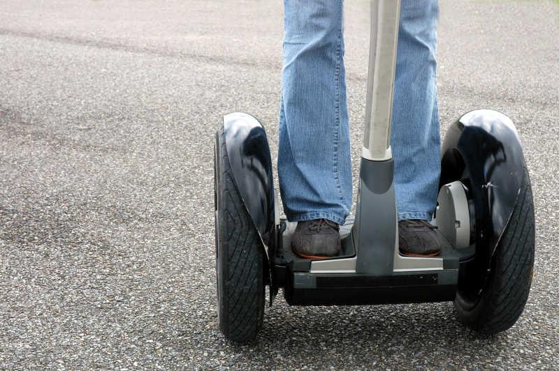 双脚踩平衡车