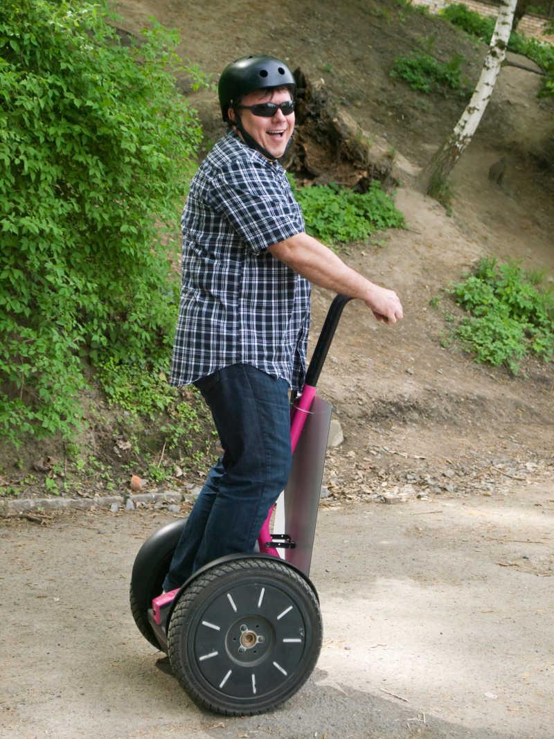 男人骑着平衡车