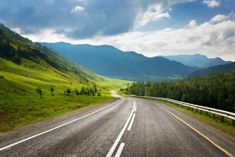 夏季高原道路景观