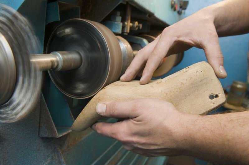 鞋匠打磨皮鞋模型底部