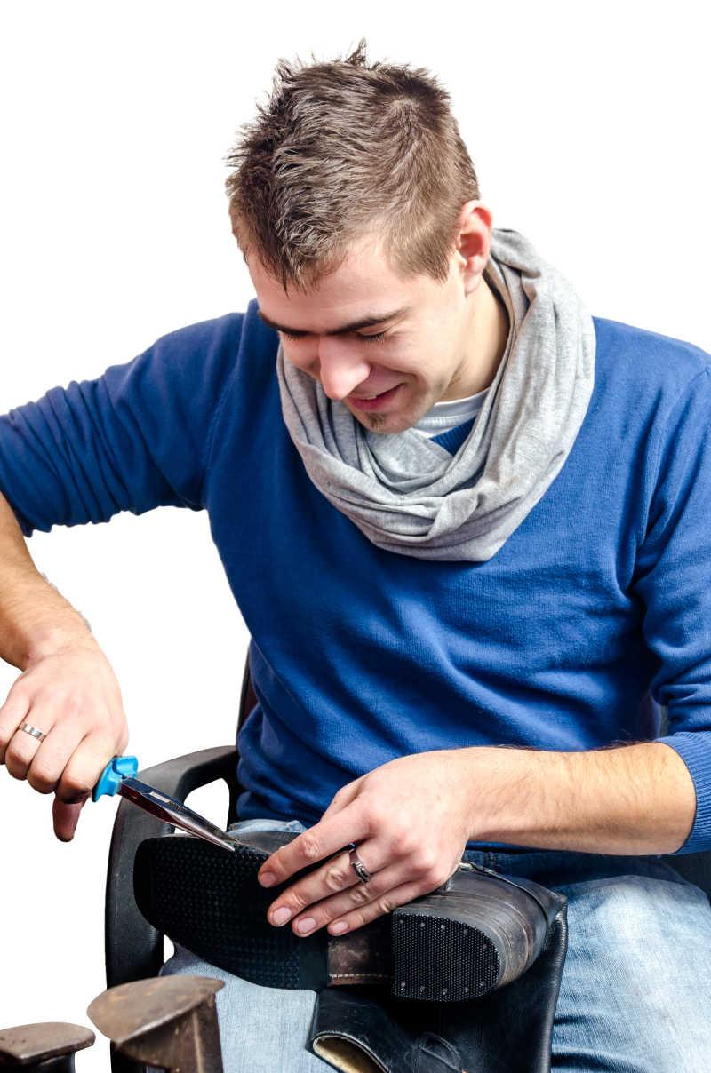 男性年轻修鞋匠特写