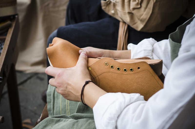 鞋匠制作男士皮鞋特写