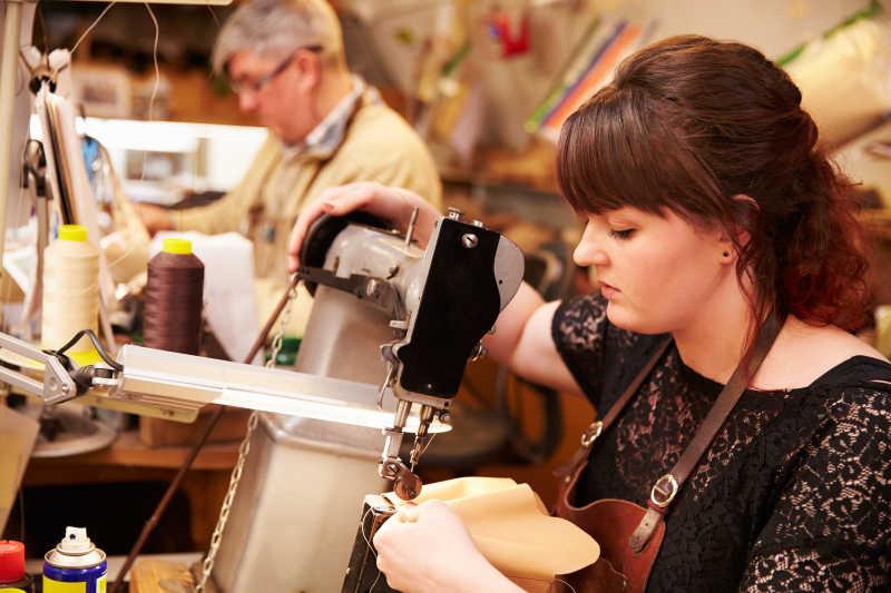 年轻鞋匠工作特写