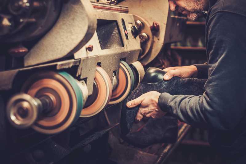鞋匠正在打磨鞋底