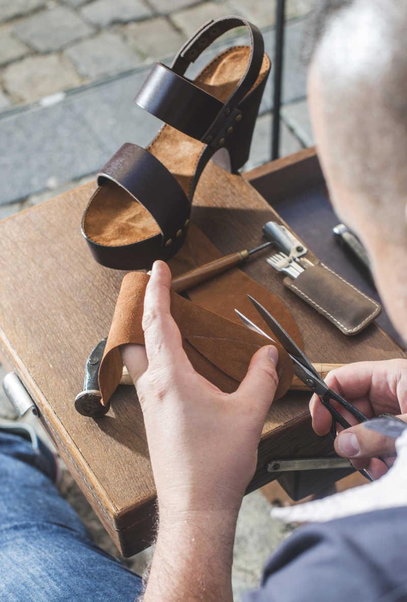 老工匠手工制作鞋子特写