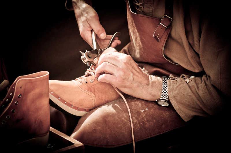 修鞋匠修理手里的鞋子
