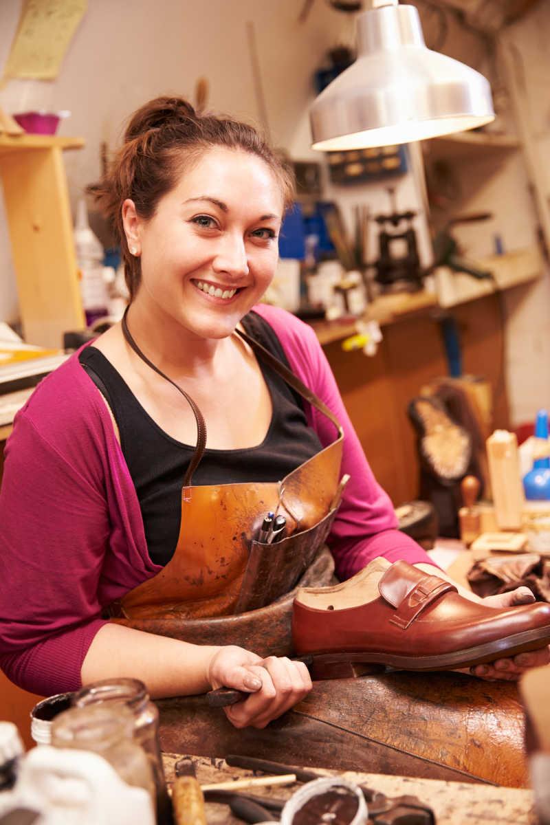 年轻女工匠制作鞋子特写