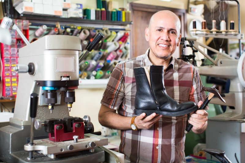 修鞋匠与手中的鞋子特写