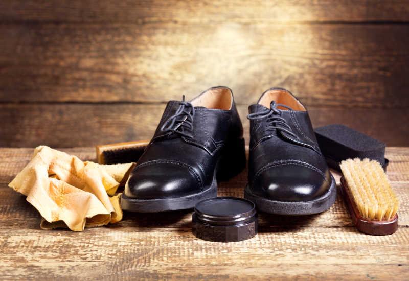 黑色皮鞋和护理工具