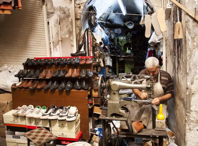 鞋匠修理鞋子特写