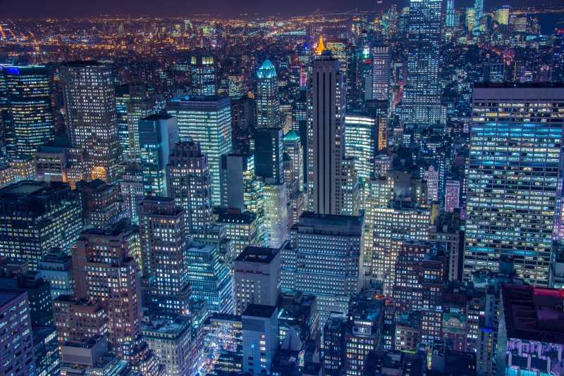 纽约夜景灯光下的摩天大楼