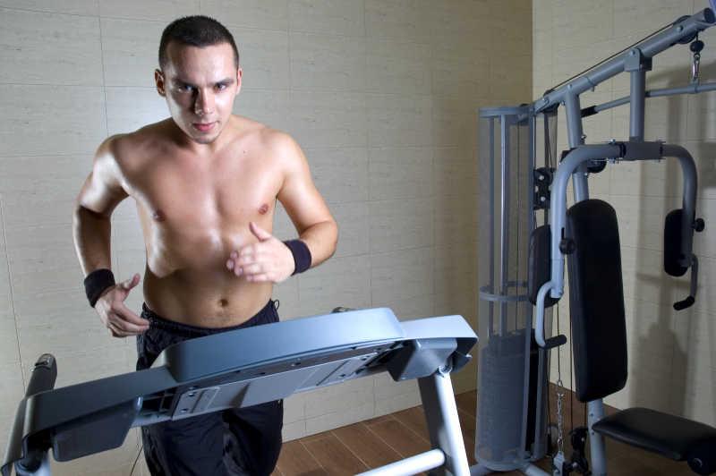 跑步机上跑步的男性