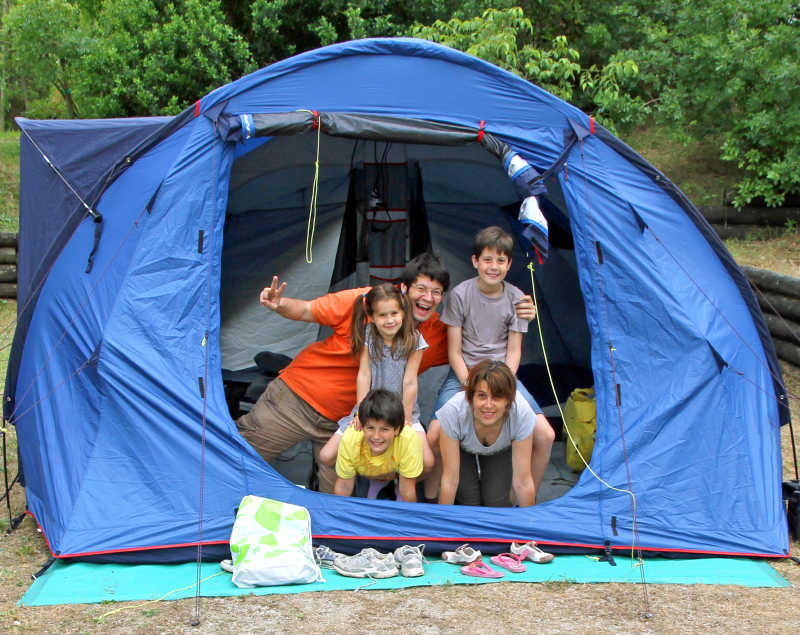 野外露营帐篷里的幸福之家