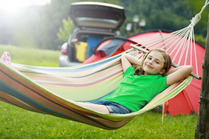 野营躺在吊床上的小女孩