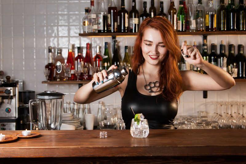 性感的美女调酒师