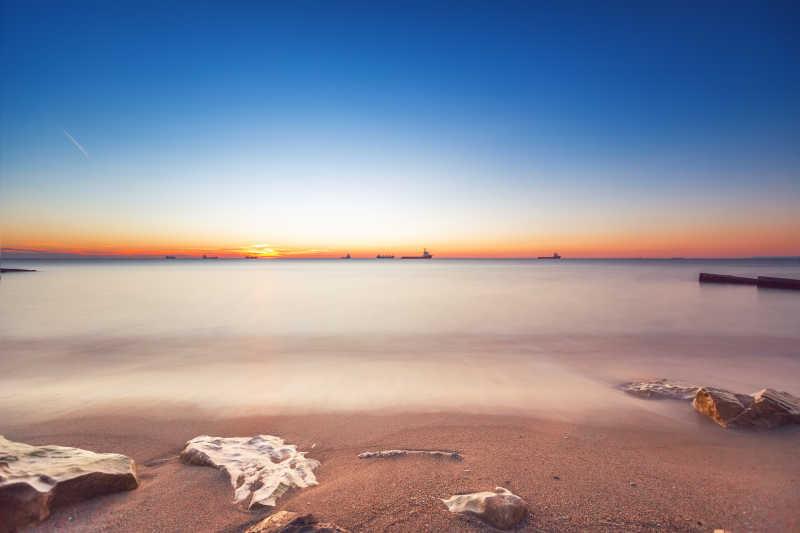 海面海岸线上的日出特写