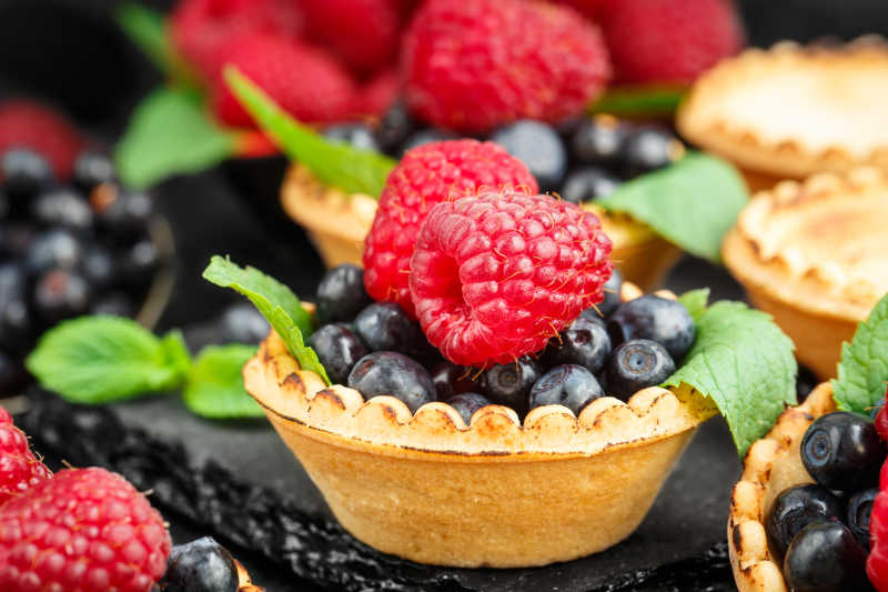 水果蛋挞和新鲜水果