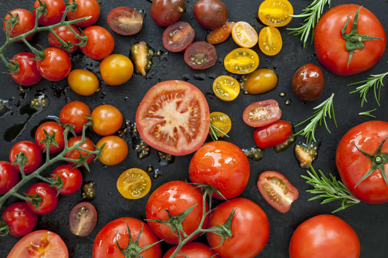 黑色桌上的切开的新鲜西红柿