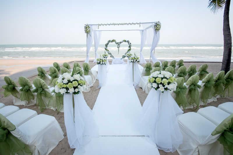 沙滩上的婚礼场景