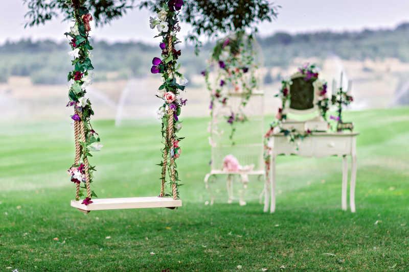婚礼秋千上挂着挂在老柳树枝上的花