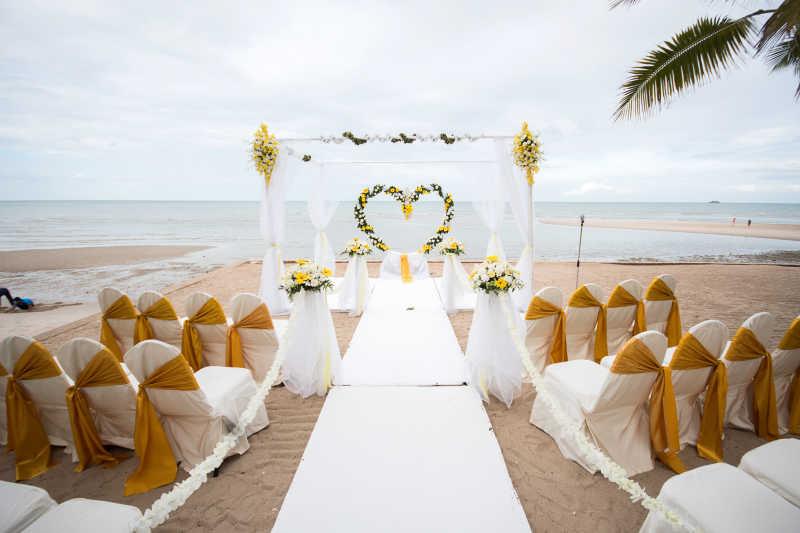 沙滩上的浪漫婚礼场景