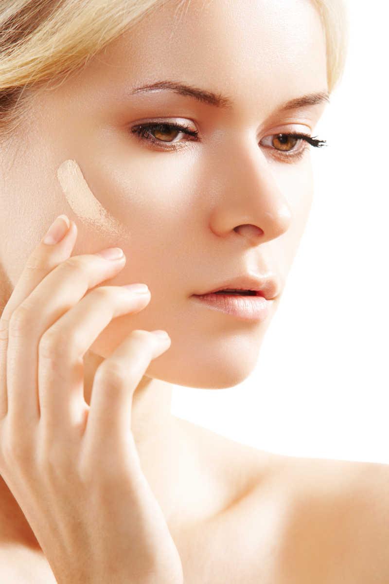 美女模特做皮肤护理
