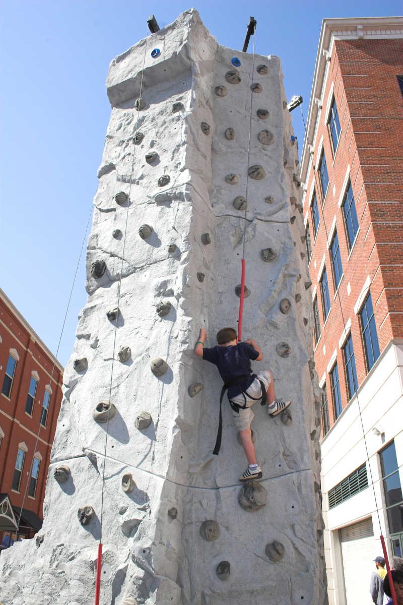 吊女人图片_悬崖上的登山运动员图片素材-悬崖上的男性登山运动员创意图片 ...