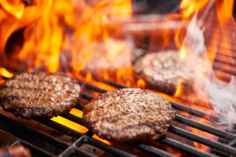 牛肉在烤架上烹饪
