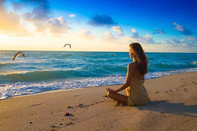女性早晨的冥想