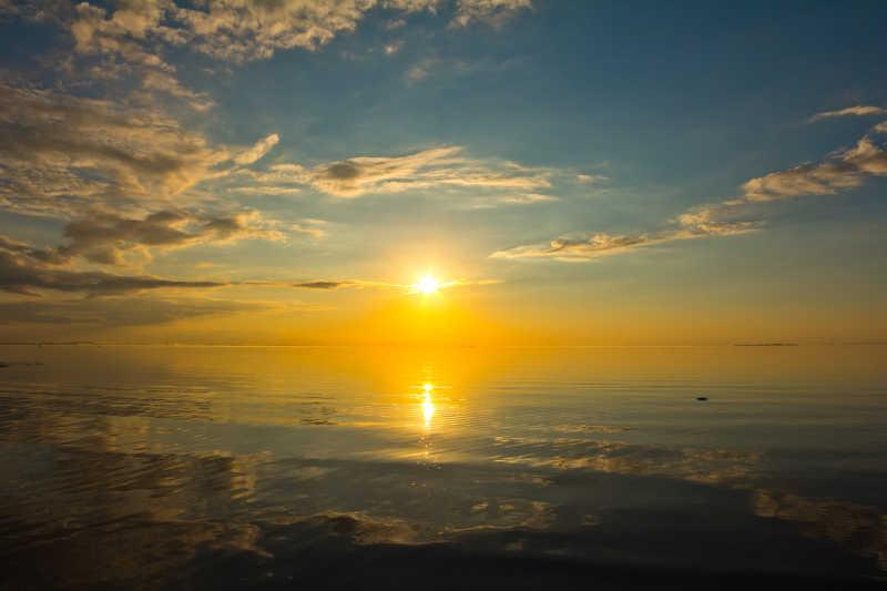 芬兰湾海岸的日落