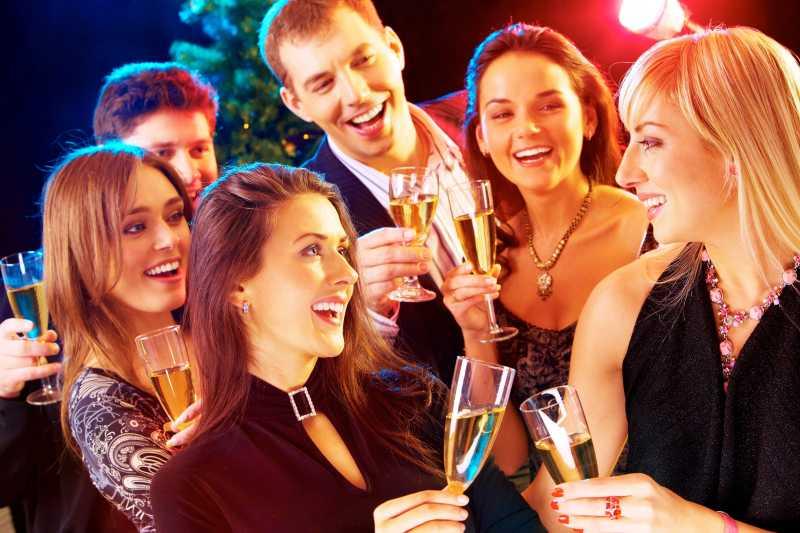 朋友们在新年聚会上喝酒