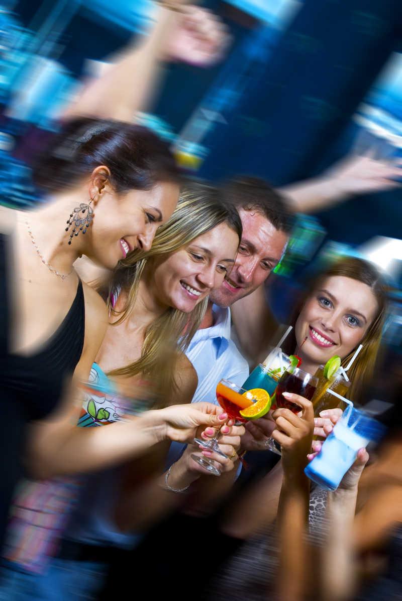 年轻人在一起高兴地聚会