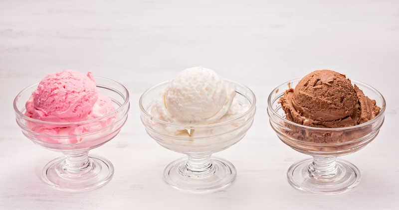 白色桌上的三杯冰淇淋