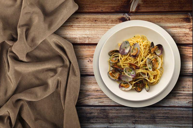 蛤蜊海鲜意面以及餐布